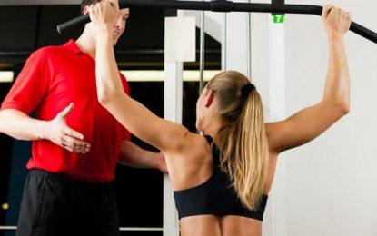 Workout mit dem Personal Trainer vs. Fitnessstudio